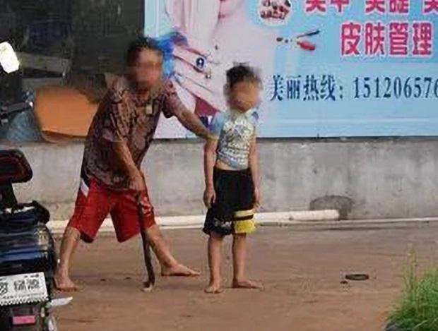 Video: Lao vào cứu bé trai, bị kẻ uy hiếp cầm mã tấu chém thẳng vào đầu - 1