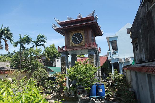 Một tháp đồng hồ độc đáo xuất hiện trong khuôn viên nhà Phạm Văn Thuộc, xóm 10, xã Thụy Bình (Thái Thụy, Thái Bình) khiến nhiều người dân trong vùng cũng như du khách bất ngờ, thích thú