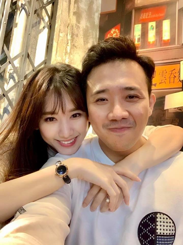 Trấn Thành hôn đắm đuối Hari Won trong rạp phim, hết lần này đến lần khác gây xôn xao vì quá táo bạo - 1