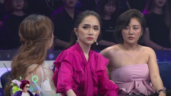 """Hết diện váy """"toang trước toang sau"""", Văn Mai Hương lại mất điểm khi diện áo sắp tụt ngực - 1"""