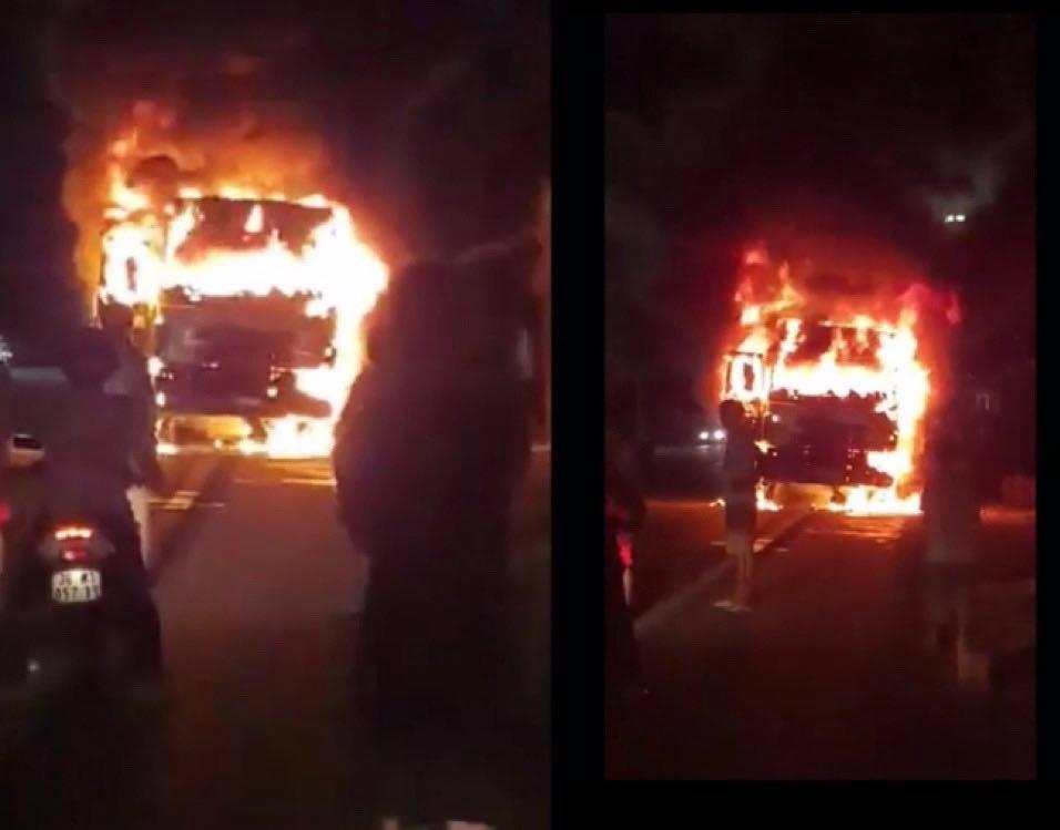 Xe tải bốc cháy dữ dội sau va chạm với xe máy, 1 người chết - 1