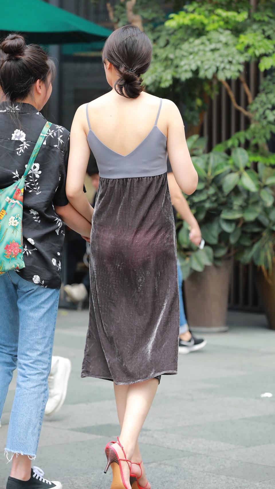 """Thảm họa váy bám chặt người, hằn nội y xuất hiện như """"nấm mọc sau mưa"""" trên đường phố - 5"""