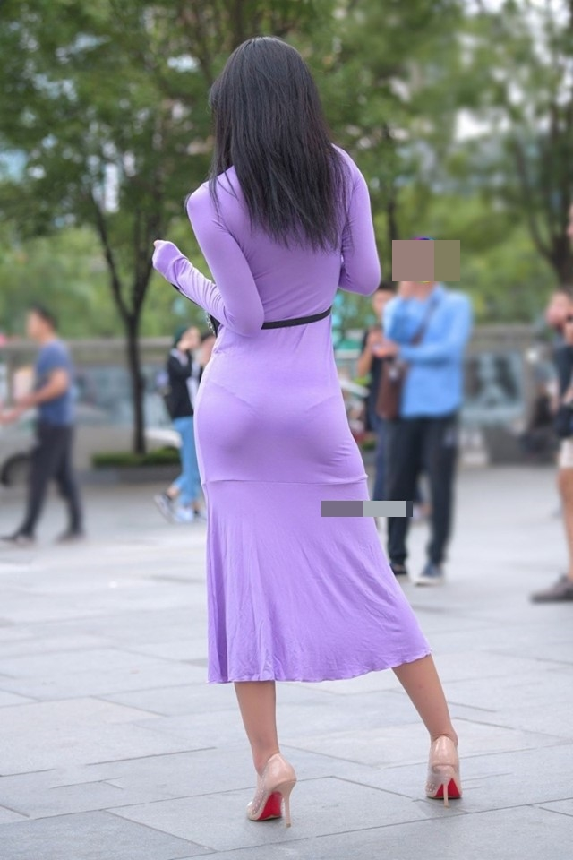 """Thảm họa váy bám chặt người, hằn nội y xuất hiện như """"nấm mọc sau mưa"""" trên đường phố - 1"""