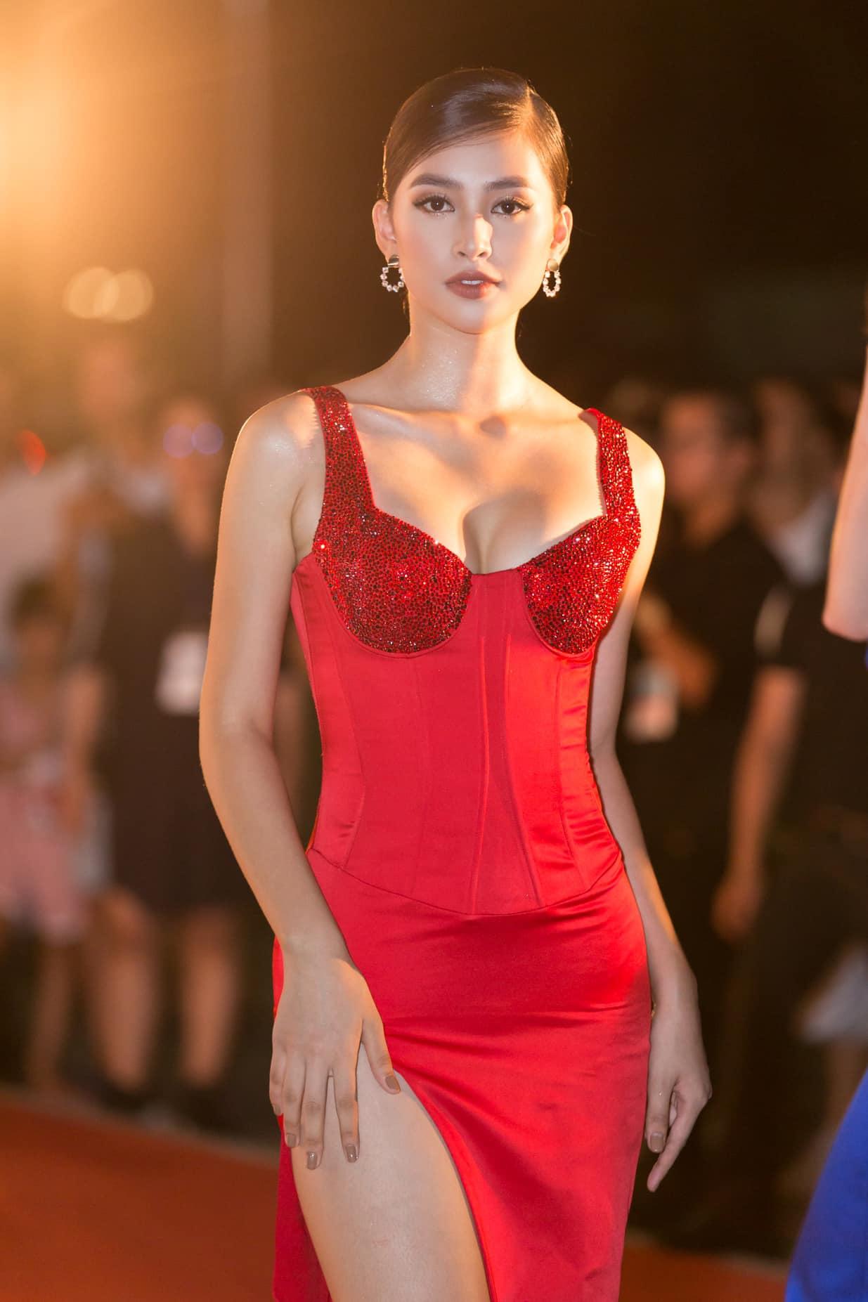 Không thảm đỏ xa hoa, nhiều cô gái diện váy xẻ đùi xuống phố vẫn ngây ngất lòng người - 1