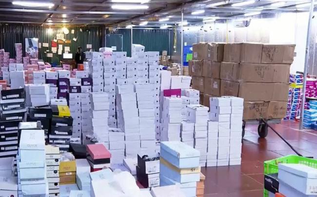 Đột kích tổng kho hàng lậu hơn 10.000 m2 tại Lào Cai chứa lượng hàng khủng - 1