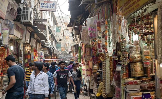 Chợ Khan được thành lập vào năm 1951, nằm ở trung tâm thủ đô New Delhi. Khu chợ này có vẻ ngoài giống như bao khu chợ Ấn Độ khác, nhưng thực tế đây lại là nơi đắt đỏ nhất.