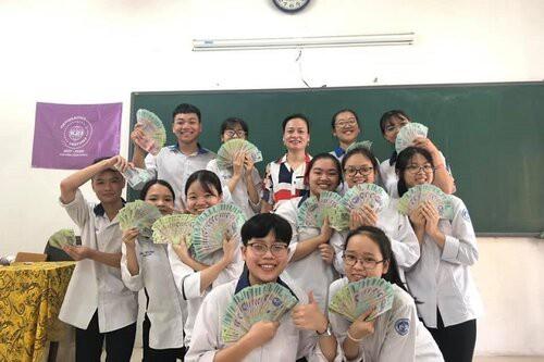 Lớp 12 ở Vĩnh Phúc nhận tổng tiền thưởng gần nửa tỉ đồng vì có thành tích học tập tốt - 1