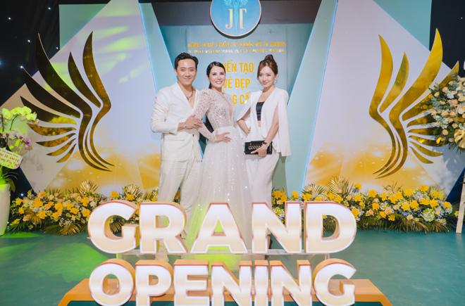 Vợ chồng Trấn Thành - Hari Won rạng rỡ dự khai trương bệnh viện thẩm mỹ - 1
