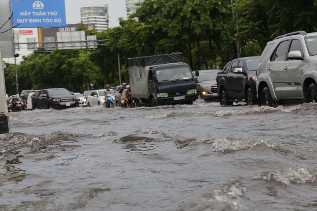 Đường phố Sài Gòn ngập lút bánh xe máy sau cơn mưa 30 phút - 4