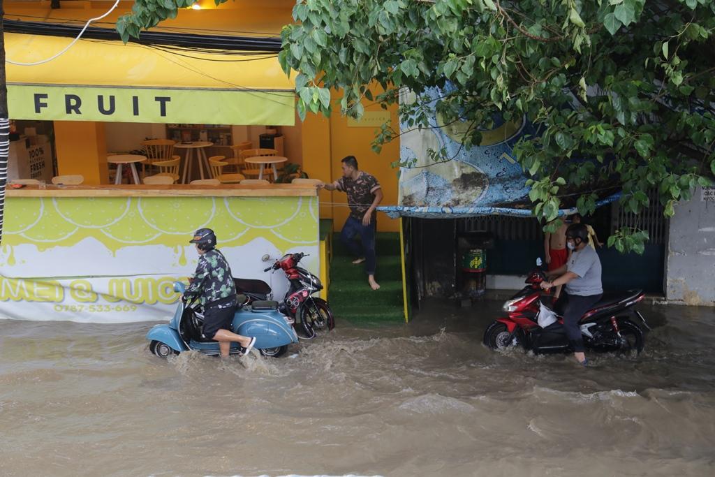 Đường phố Sài Gòn ngập lút bánh xe máy sau cơn mưa 30 phút - 5