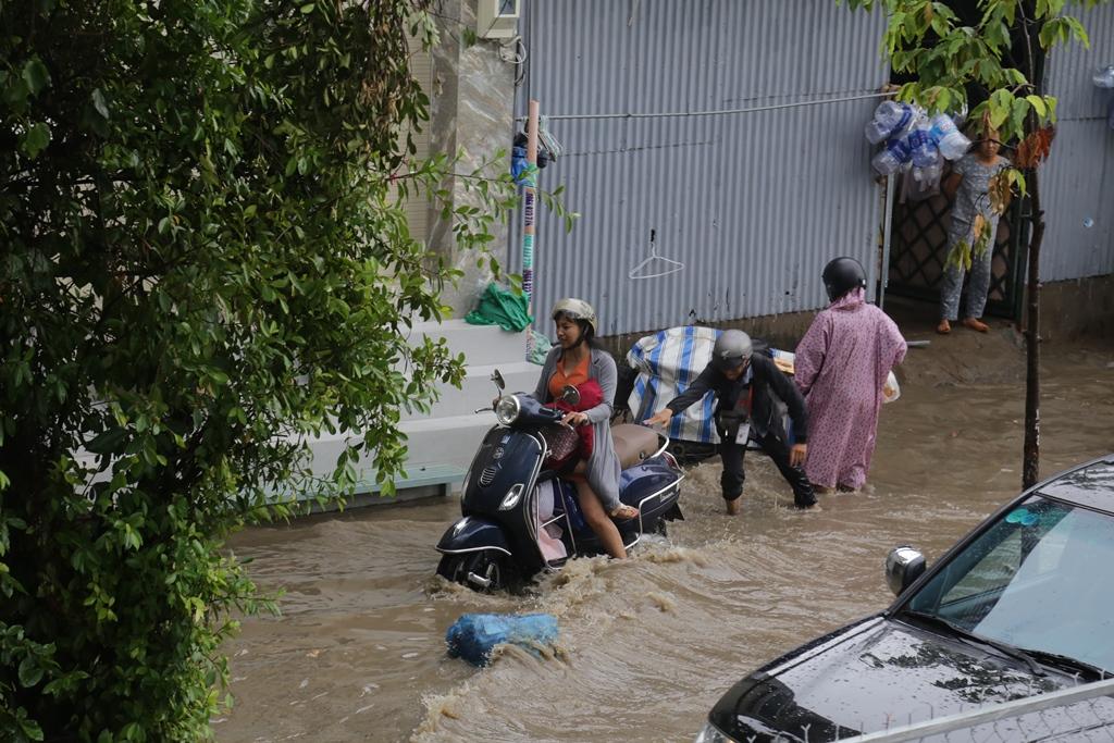 Đường phố Sài Gòn ngập lút bánh xe máy sau cơn mưa 30 phút - 6