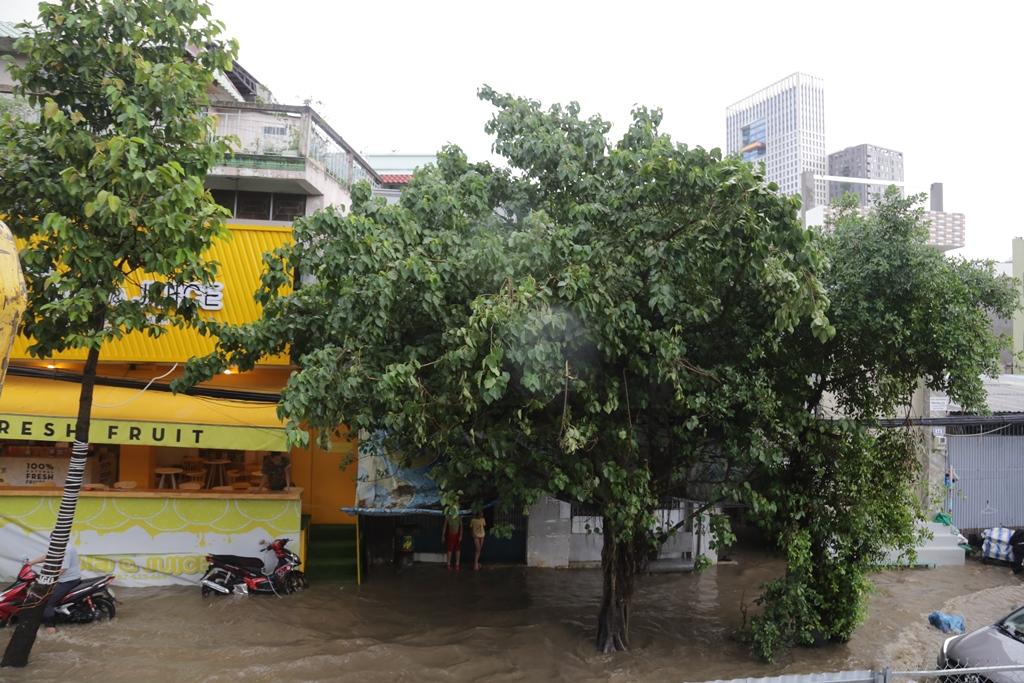 Đường phố Sài Gòn ngập lút bánh xe máy sau cơn mưa 30 phút - 7
