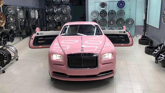 Mới đây, một xưởng chăm sóc xe tại TP. HCM đã cho ra lò sản phẩm xe siêu sang Rolls-Royce Wraith dán decal màu hồng vô cùng nổi bật