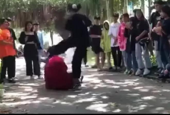 """Thiếu nữ ở Tây Ninh bị đánh dã man vì """"đi uống cà phê sao nhìn chị"""" - 1"""