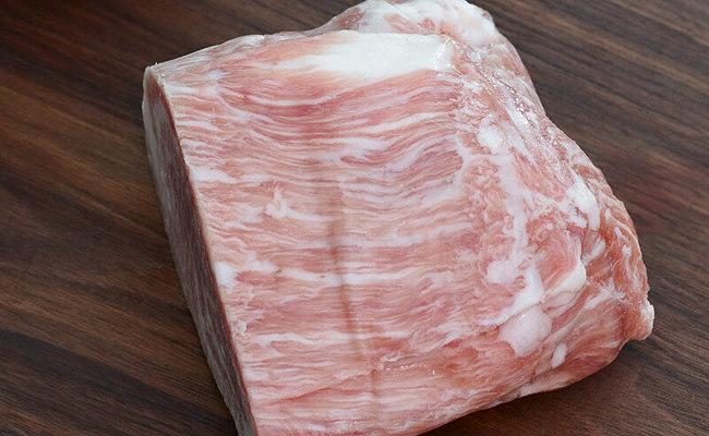 Điểm đặc trưng của loại thịt heo này là có những vân mỡ xen lẫn trong thịt.