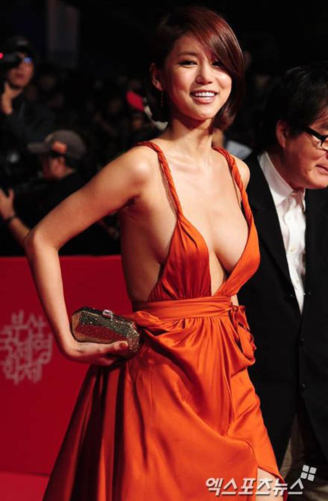 """Bộ phim gây sự chú ý bởi có sự xuất hiện của nữ diễn viên Oh In Hye tham gia một trong hai vai nữ chính trong phim. Cô vào vai người học trò chuẩn bị kết hôn nhưng bất ngờ phản bội chồng sắp cưới và đi theo người thầy đã nhiều tuổi và có tính trăng hoa. """"Red Vacance Black Wedding"""", cũng không được đánh giá cao bởi các nhà chuyên môn bởi nội dung phim tẻ nhạt, đơn điệu, hoàn toàn khác biệt với tham vọng lột tả bí mật độc ác, dục vọng và mối quan hệ cuồng nhiệtmà trướcđóđạo diễn phim không ngớt lời ca ngợi."""