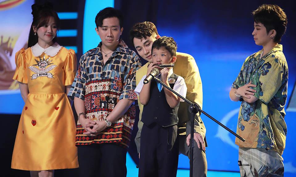 Cậu bé 6 tuổi trải qua 24 lần phẫu thuật mắt khiến Trấn Thành, Hari Won nể phục - 1