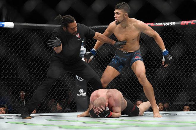 """Điên rồ MMA: Vừa knock-out đối thủ xong lại """"tung đòn"""" hạ chính mình - 1"""