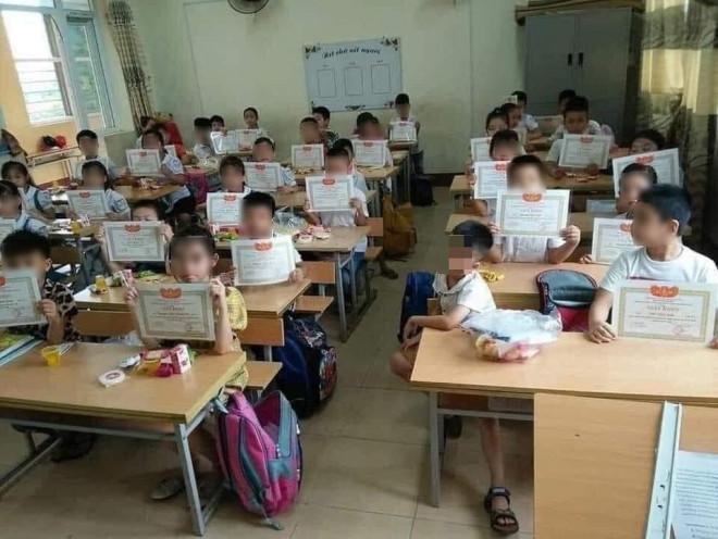 Con em chúng ta có thực sự giỏi khi giấy khen phủ kín lớp học? - 1