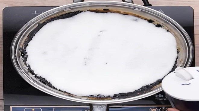 Không cần cọ rửa, chảo cháy khét, bám đen đến mấy cũng sạch bong, sáng bóng nhờ cách cực dễ này - 1