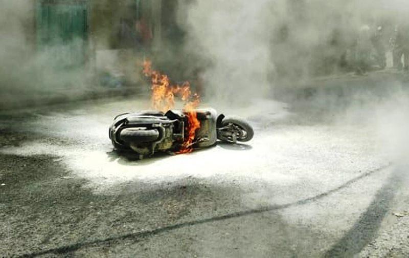 Cô gái nhảy khỏi xe đang bốc cháy trên phố Sài Gòn - 1