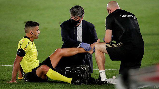 Khó tin: Real Madrid hưởng lợi từ...hai trọng tài chính trong cùng 1 trận - 1