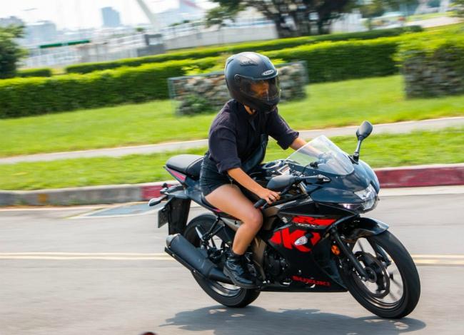 Suzuki GSX-R150 có trọng lượng nhẹ 136 kg, chiều cao yên 785 mm, vì thế có thể cuốn hút cả các khách hàng nữ, nhất là những bóng hồng cá tính.