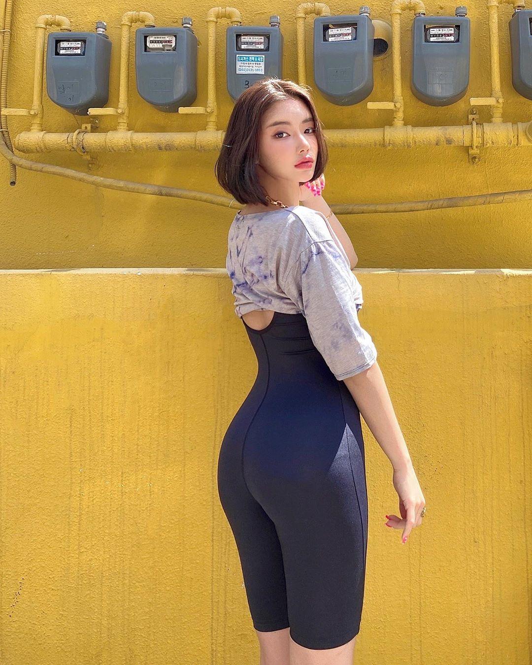 Nữ giám đốc có hình xăm thoắt ẩn hiện ở bụng mê trang phục khoe body - 3