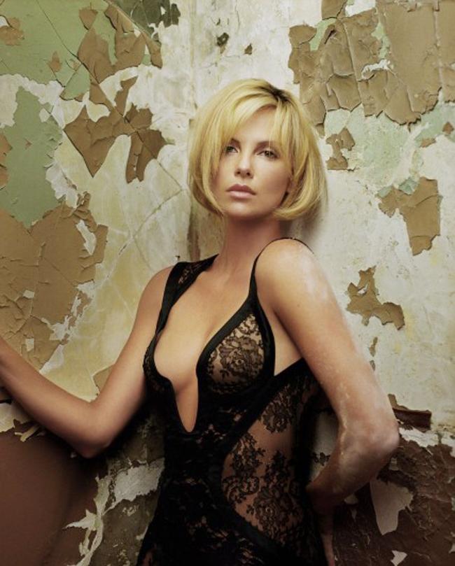 Charlize Theron sinh năm 1975, là minh tinh nổi tiếng Hollywood. Cô là một trong những người đẹp không ngại đóng cảnh nóng trên màn ảnh. Người đẹp đích thân đảm nhận và không cần đóng thế.