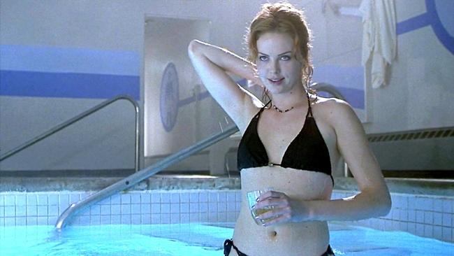 Nữ diễn viêndiễn cảnh trút bỏ bikini đầy gợi cảm trong Reindeer Games.