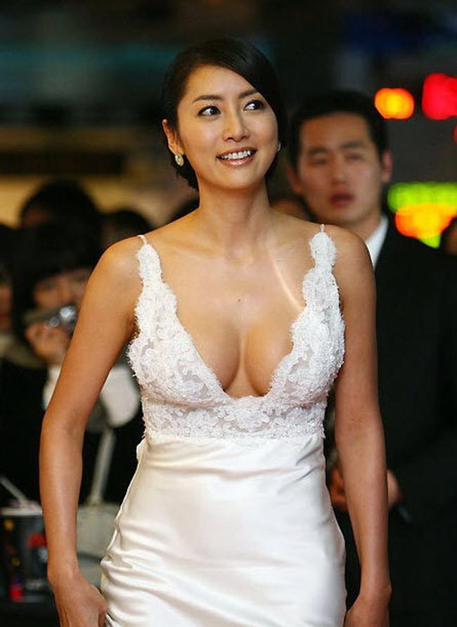 Trong đó, người đẹp Han Sung Joo là cái tên được nhắc đến nhiều nhất, cho đến tận bây giờ giới showbiz Hàn vẫn xem đây là một vết nhơ khó gột rửa.