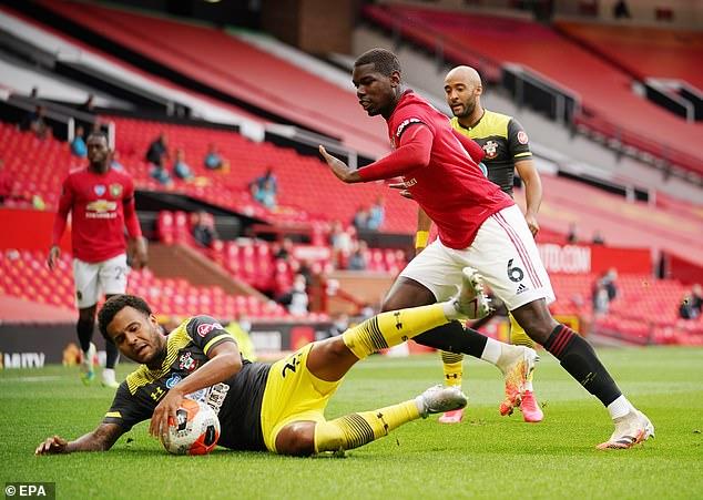 Pogba mất bóng khiến MU nhận bàn thua, huyền thoại giận dữ chỉ trích - 1