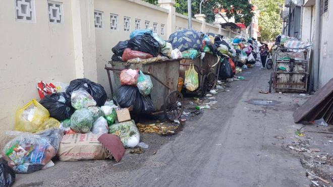 Dân chặn xe vào bãi rác Nam Sơn, đường phố Hà Nội lại ngập rác - 1