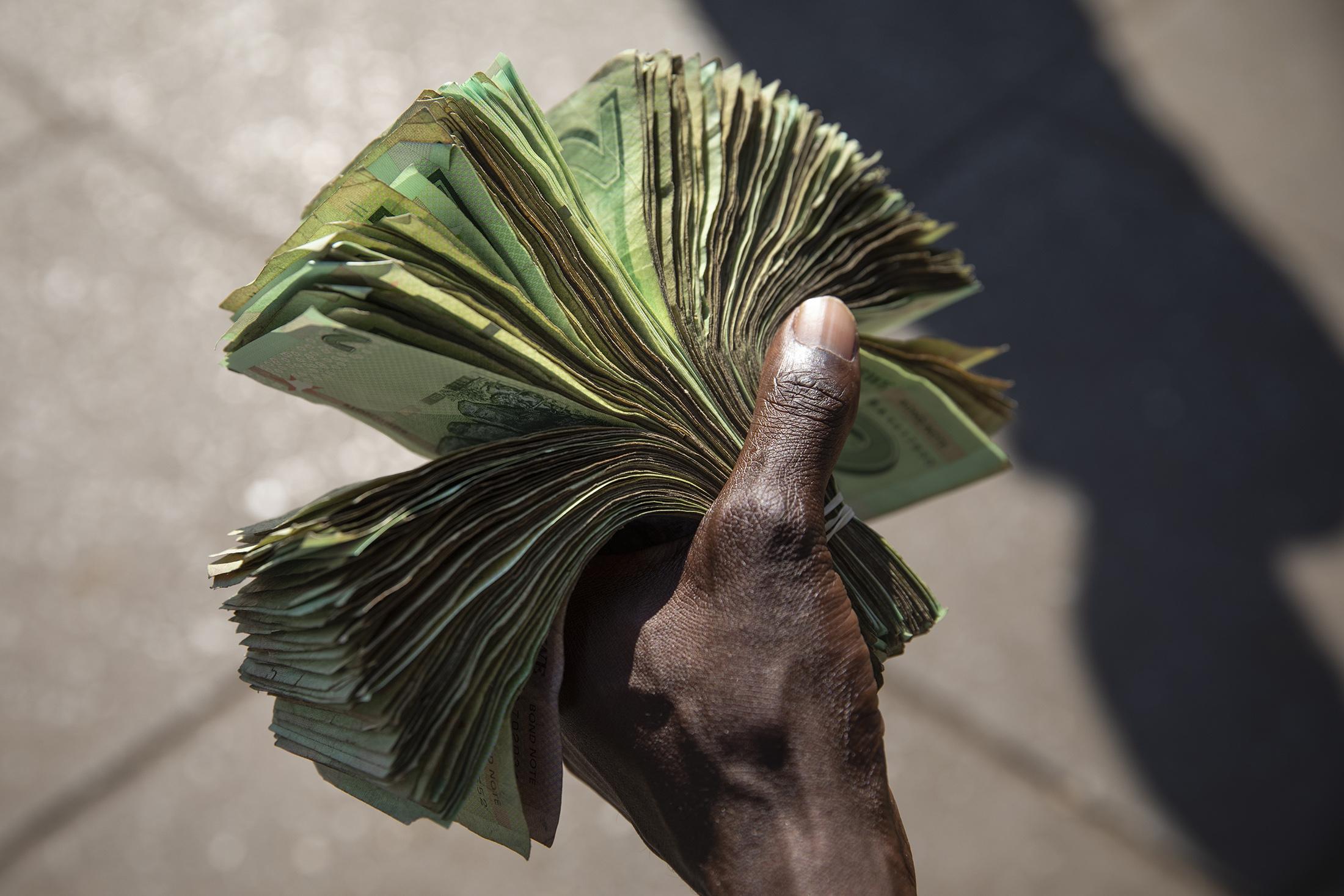 Tỷ lệ lạm phát hàng năm của Zimbabwe vượt mức hơn 700% - 1