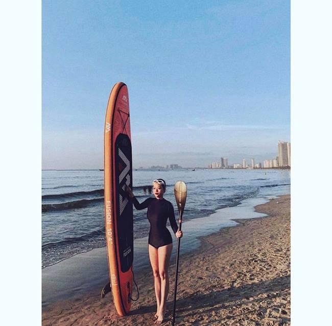 Cô tập gym khi có thời gian rảnh, đồng thời tham gia các hoạt động ngoài trời mỗi khi lưu trú tới những vùng biển đẹp sau hàng giờ bay dài.