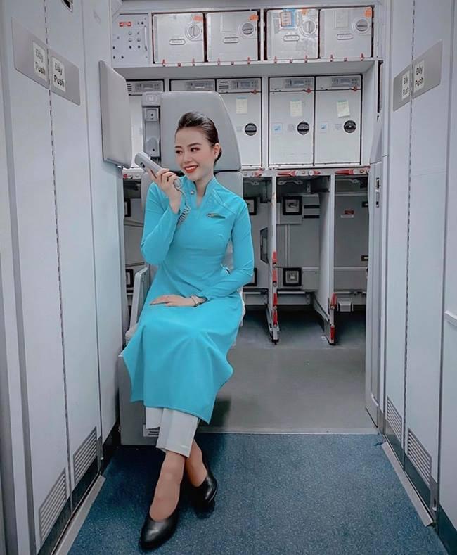 Trên trang cá nhân, Phương Ly thường xuyên đăng tải khoảnh khắc gây mê với lời nói ngọt ngào gửi tới khách bay trước cất cánh.