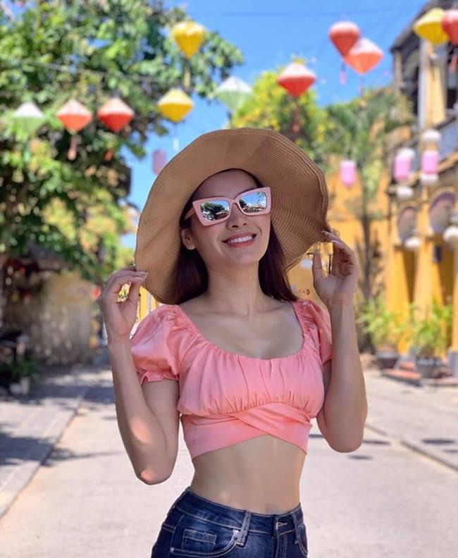 """Phương Trinh Jolie được ví như """"nữ hoàng đồ bơi"""" của làng giải trí Việt khi cô khoe dáng với bikini cả năm không chán."""