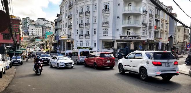 Nhiều tuyến đường ở Đà Lạt bị tê liệt... vì ùn ùn du khách - 1
