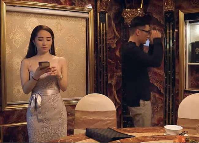 Quỳnh Trinh đã chứng tỏ sức quyến rũ chết người của mình, cô chọn bộ váy thể hiện sự tinh khôi trong sáng nhưng lại ôm sát sạt lấy body. Thiết kế ngắn cũn, tôn đường cong nóng bỏng và vòng 1 căng đầy của cô.