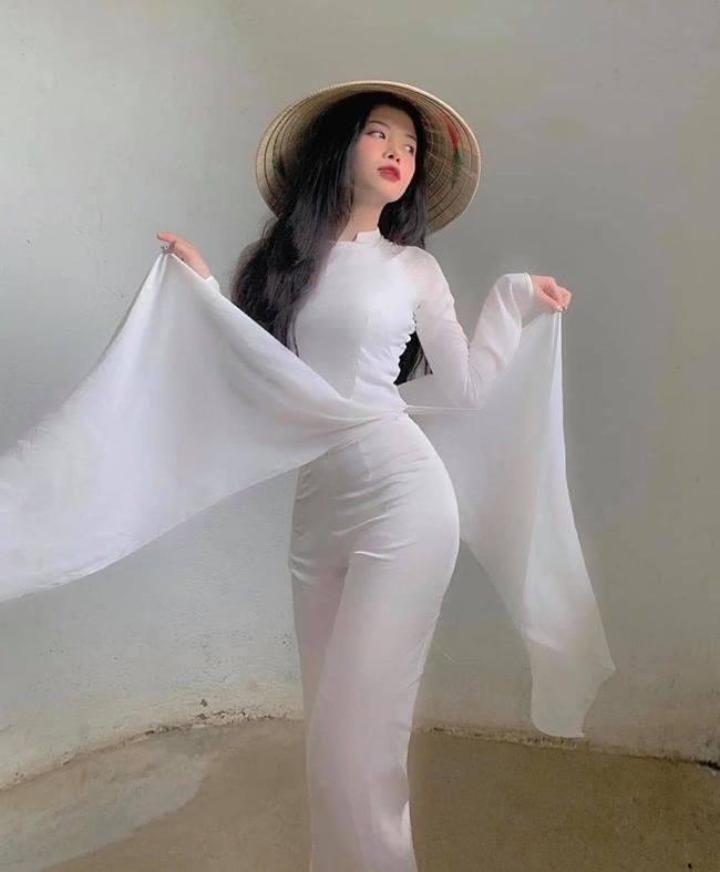 Nữ sinh Việt nổi như cồn vì quá xinh trong áo dài trắng ngày bế giảng