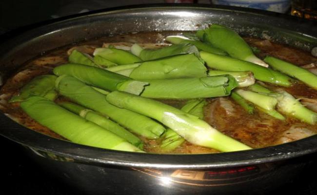 Tại nhiều nhà hàng, những món ăn từ bèo tây cũng đắt tiền không kém nhiều loại rau khác, với giá từ 30-50 nghìn đồng cho 1 đĩa rau bèo tây xào hoặc làm nộm.