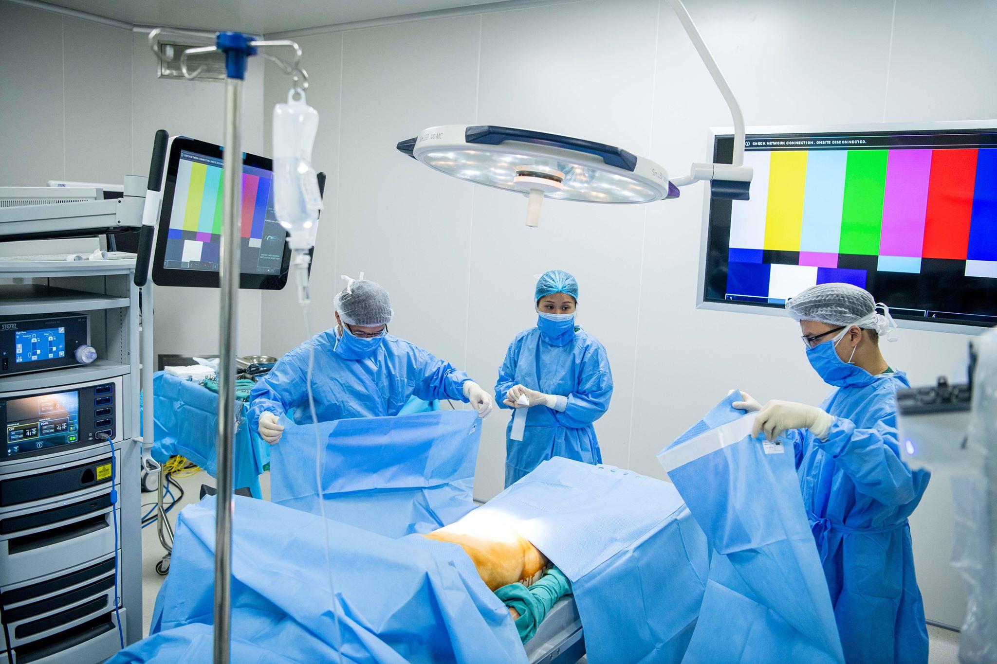 Cận cảnh bác sĩ Bệnh viện K mổ ung thư trực tràng bằng robot thông minh - 1