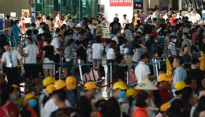 Người dân vật vã hàng tiếng đồng hồ chờ check-in tại sân bay Nội Bài - 1