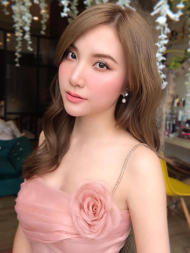 Nếu như Hương Baby được biết đến với hình ảnh một bà chủ kinh doanh spa mát tay, sở hữu thương hiệu được nhiều người yêu thích thì Hạnh Sino cũng có được chỗ đứng trong làng âm nhạc.