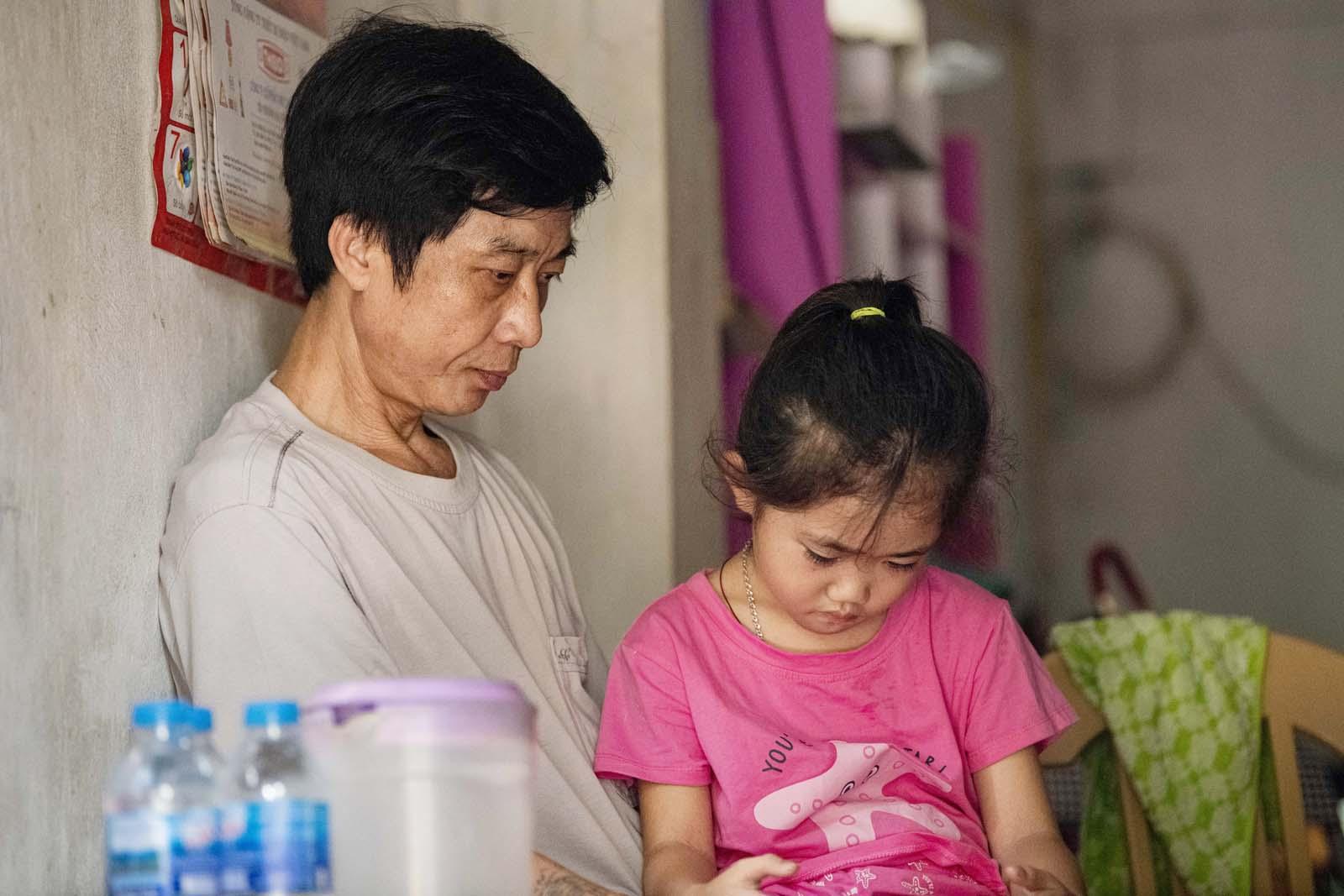 Thiên thần 7 tuổi 2 lần mồ côi mẹ, tự tay chăm sóc bố mắc bạo bệnh và giấc mơ nhói lòng - 5