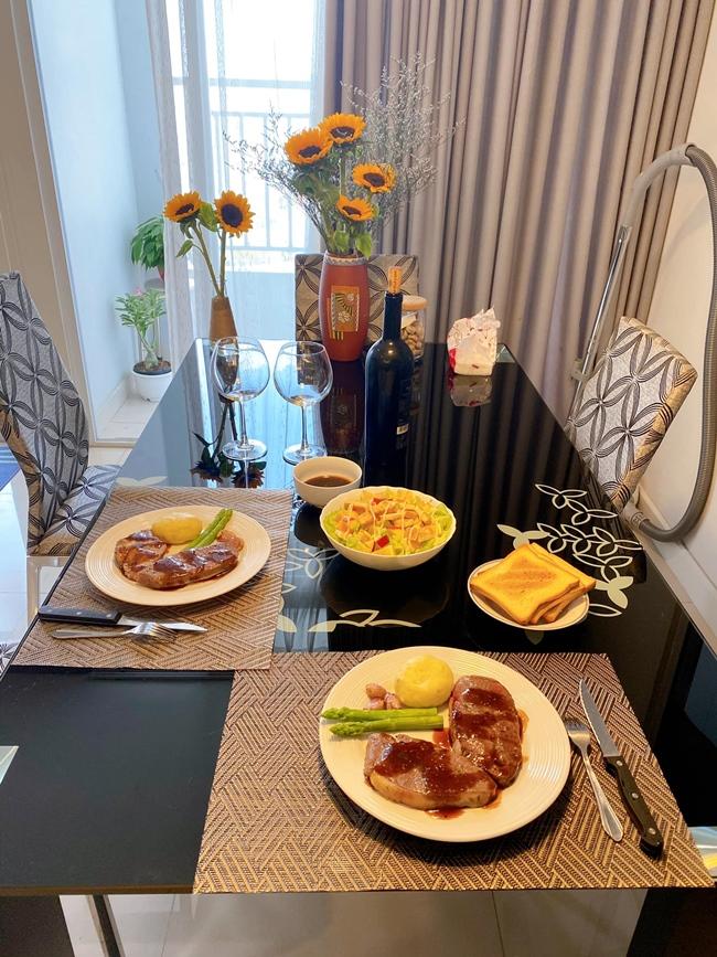 Hot girl 9X bày biện đồ ăn khi nhà chuẩn bị có khách. Có thể thấy không gian sống của Trâm Anh rất sang chảnh, ngăn nắp, gọn gàng.