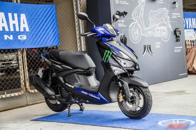 2021 Yamaha Cygnus Gryphus mới đây đã xuất hiện tại thị trường xe máy Đài Loan. Ngoài thiết kế thể thao, điểm nhấn của mẫu xe ga hoàn toàn mới này là động cơ 125cc, làm mát bằng dung dịch, trang bị công nghệ VVA và Blue Core của Yamaha.