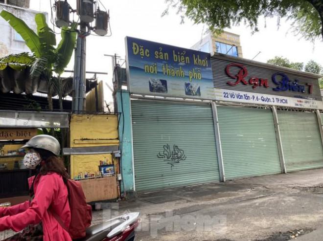 Nhà phố tiền tỷ 'thi nhau' đóng cửa, treo biển cho thuê ở trung tâm Sài Gòn - 14