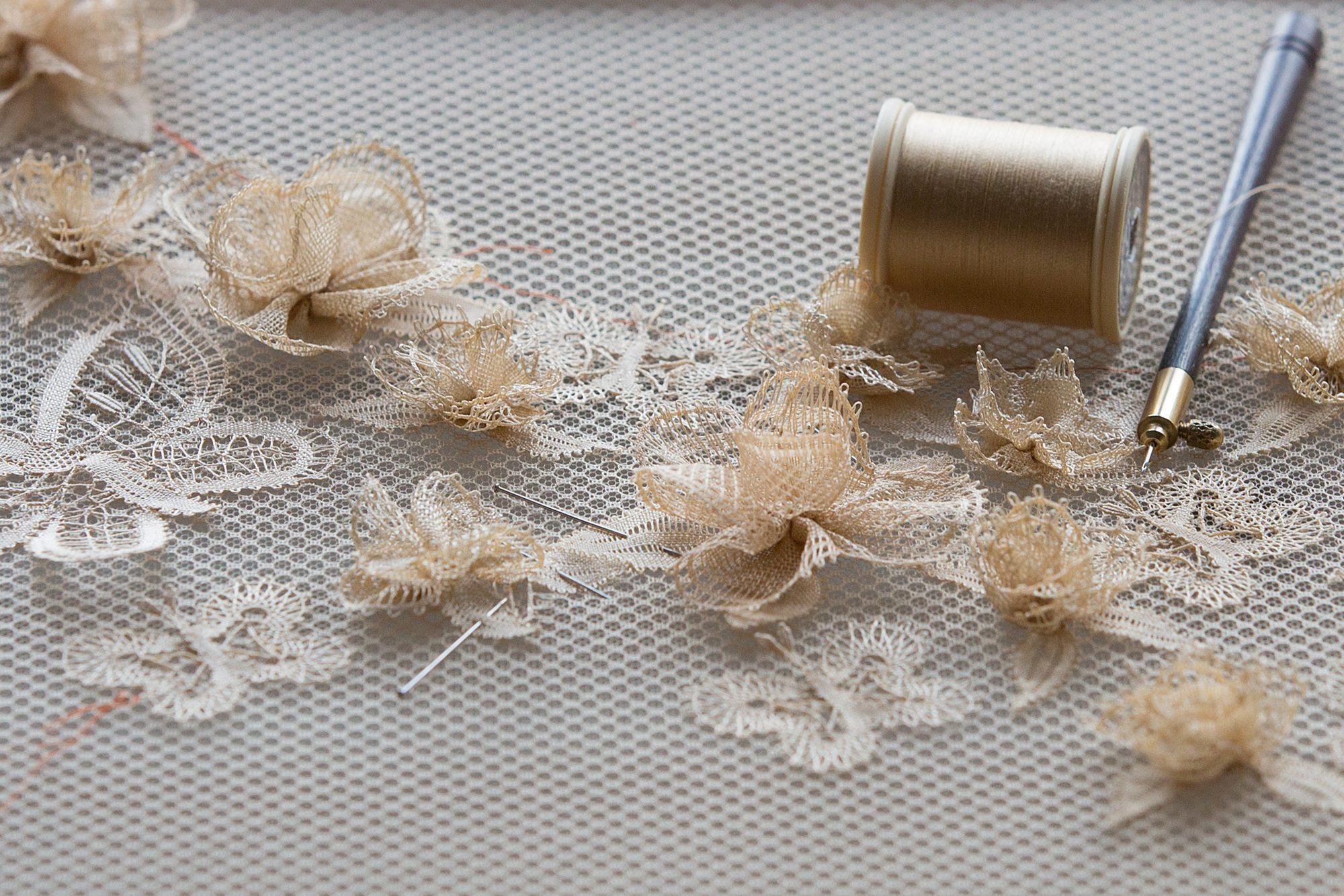 Kỹ thuật từ thế kỷ 15 có nguy cơ thất truyền trong chiếc váy của Dior - 1