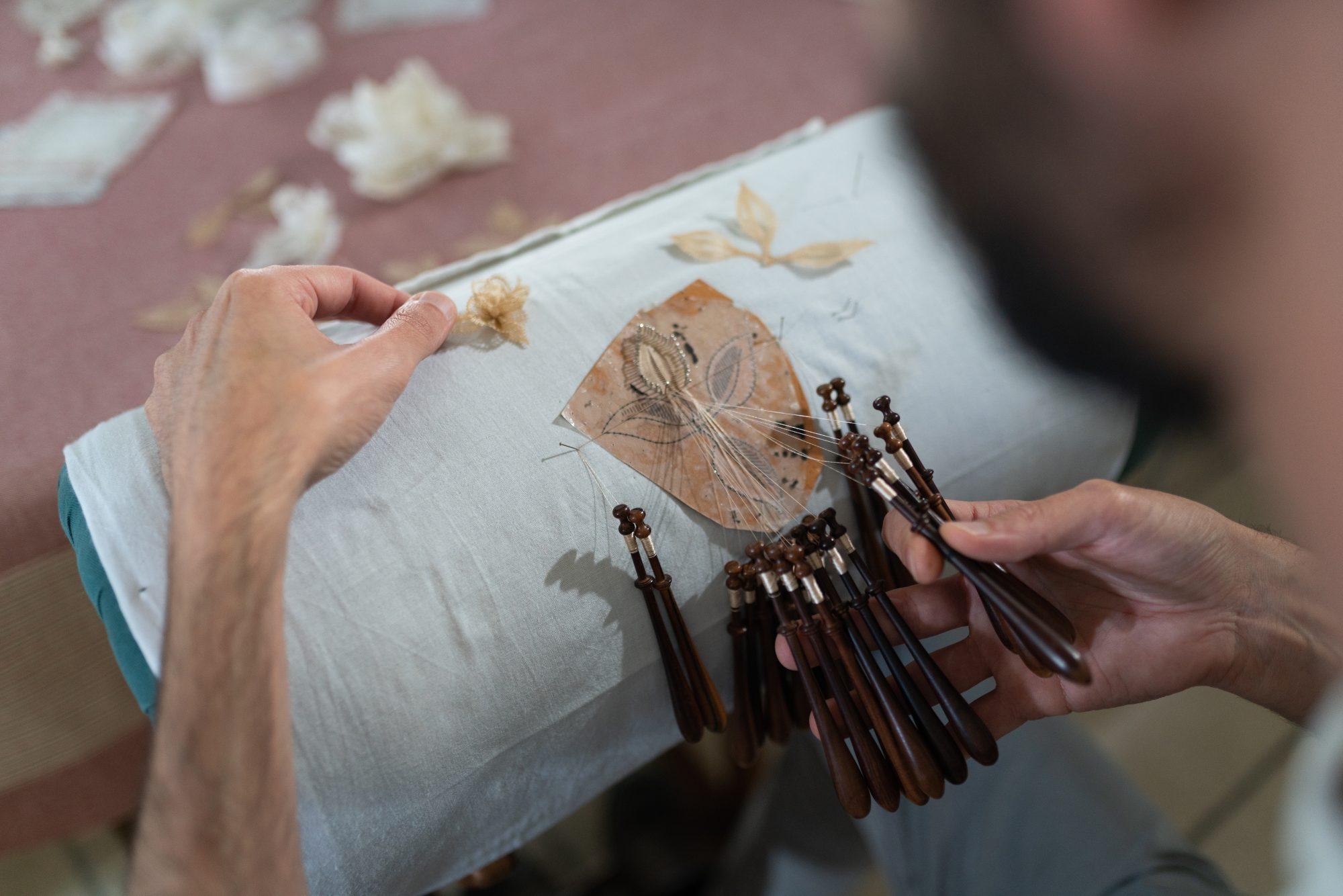 Kỹ thuật từ thế kỷ 15 có nguy cơ thất truyền trong chiếc váy của Dior - 4
